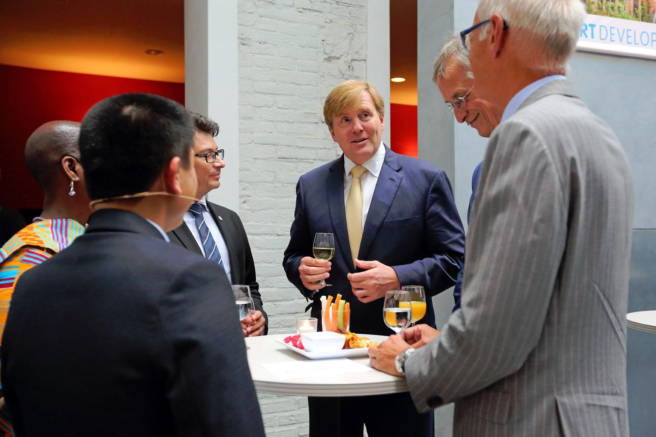 bezoek van koning tijdens NGO congres te Den Haag