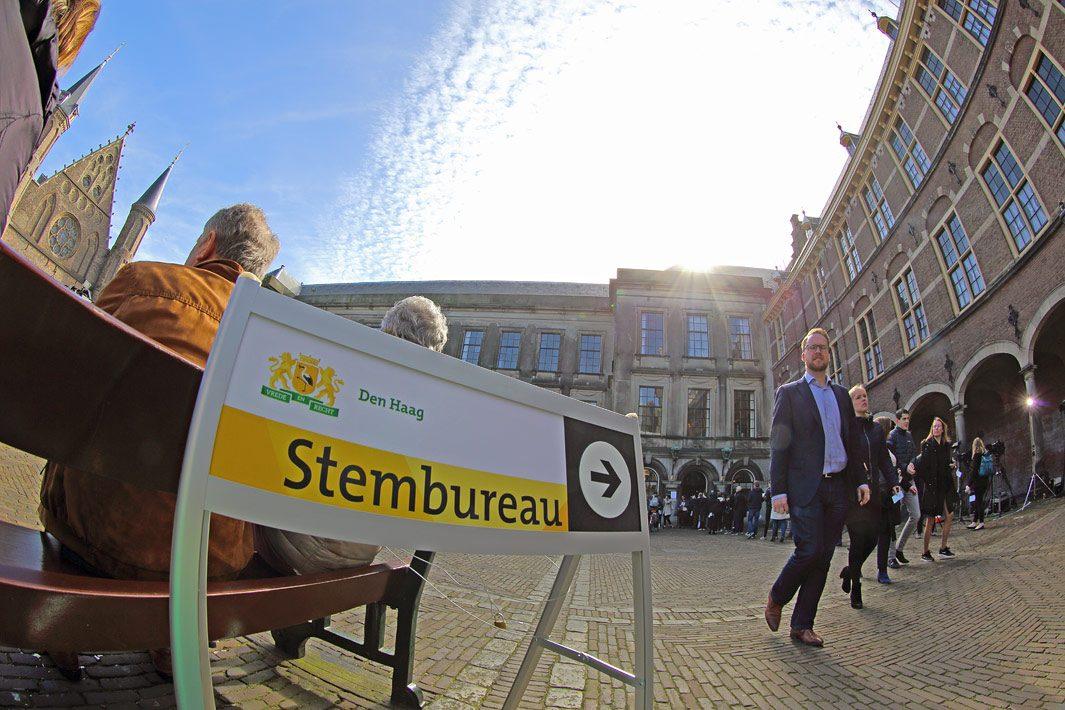 straatfotografie Den Haag, binnenhof tijdens verkiezingen