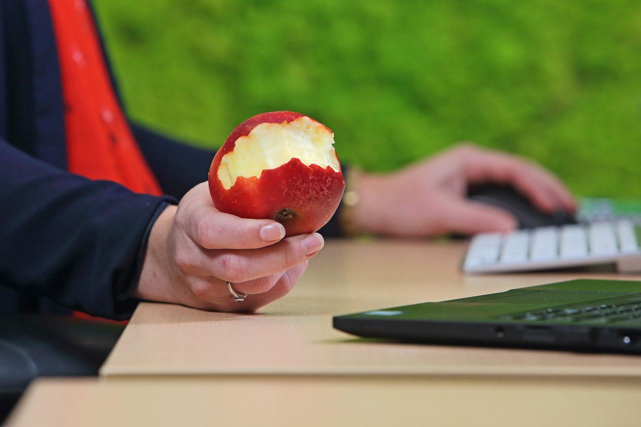 Foto´s van personeel op kantoor, gezond eten tijdens werk