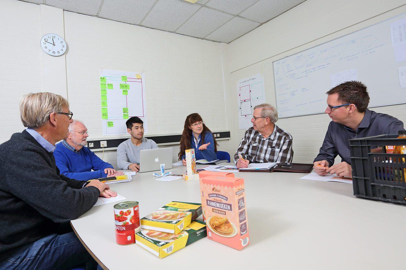 foto´s van personeel tijdens vergadering van de Voedselbank