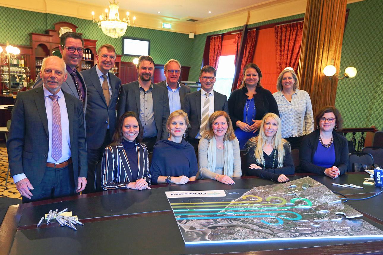 foto van een bestuursvergadering tijdens congres