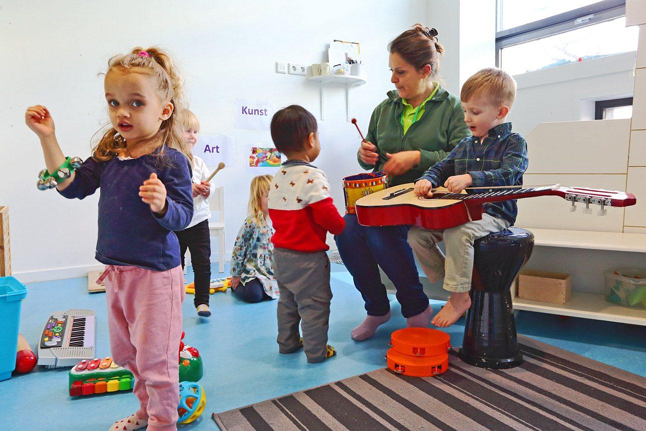 foto's van kinderen op een kinderdagverblijf