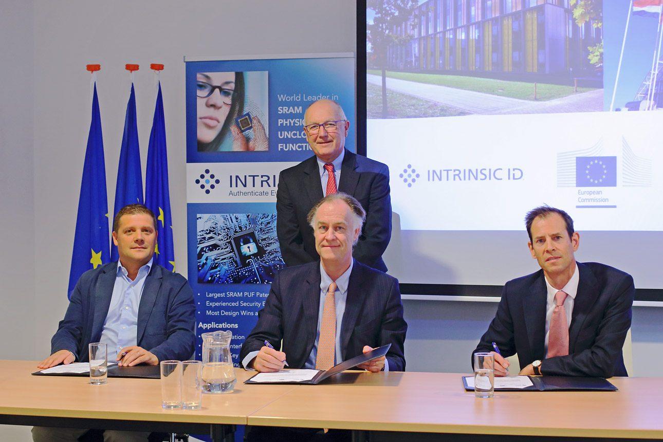 Persfotografie van ondertekening te Den Haag