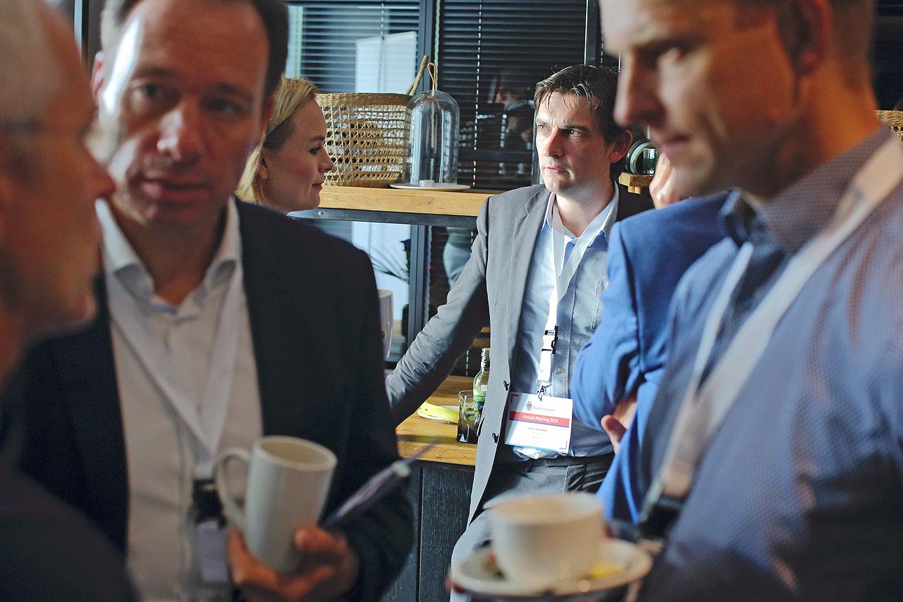 netwerkende bezoekers tijdens een congres - congresfotografie