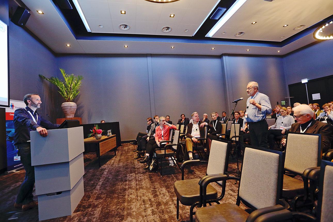 Foto van vragen tijdens een congrespresentatie