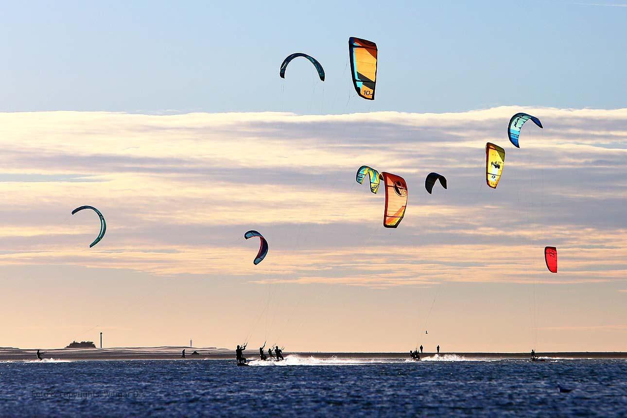 Strand stockfotos kitesurfers De Zandmotor kijkduin