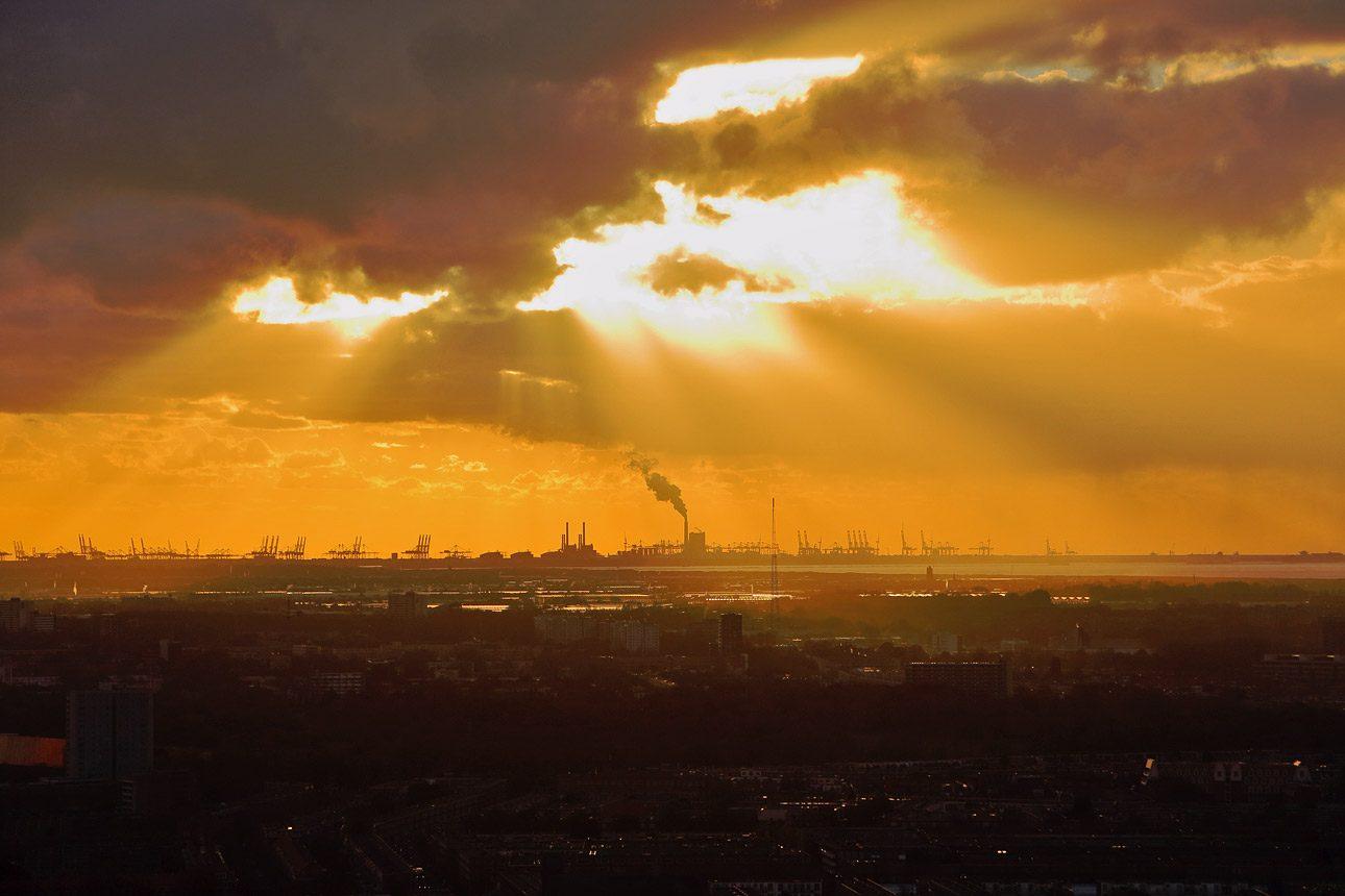 Rotterdam haven gezien van uit  Den Haag met zonsondergang