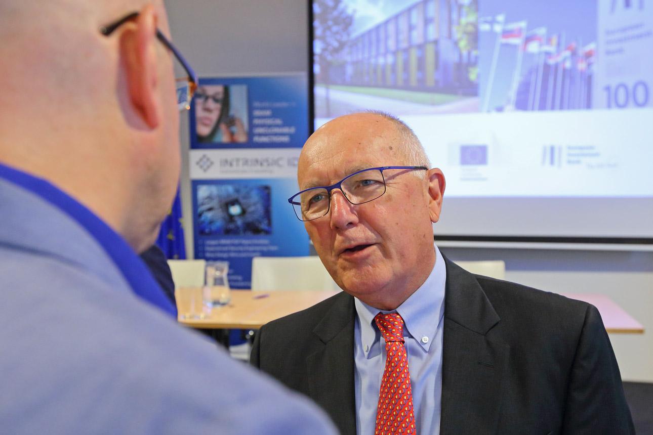 Pete Hoekstra in gesprek met een journalist, persfotografie politiek in Den Haag