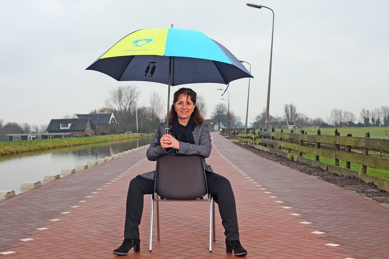 Portretfotografie in de regen op een nieuwe weg